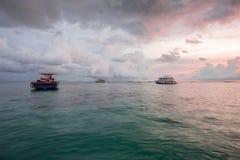Ideia lindo do por do sol no Oceano Índico, Maldivas Alguns barcos na água azul e no céu azul com fundo das nuvens do branco Imagens de Stock