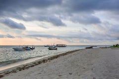 Ideia lindo do tempo da noite no litoral Oceano Índico, Maldivas Alguns barcos na água azul e no céu azul com nuvens brancas Imagem de Stock