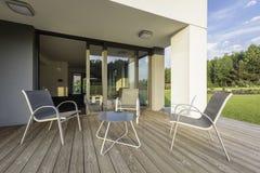 Ideia nova do pátio com grupo confortável da mobília Foto de Stock
