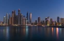 Ideia panorâmico da noite de arranha-céus e de reflexões do porto de Dubai foto de stock