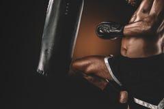 Ideia parcial do treinamento tailandês muay do lutador com saco de perfuração Imagens de Stock