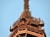 Ideia próxima da torre Eiffel da estrutura em Paris, França imagens de stock royalty free