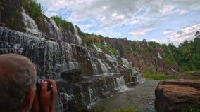 Ideia próxima de etapas Panagarh da cascata da cachoeira em Vietname vídeos de arquivo