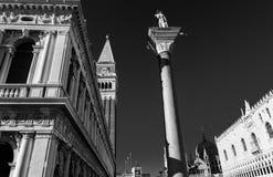 Ideia preto e branco do lugar de San Marco com campanile e o céu profundo Foto de Stock