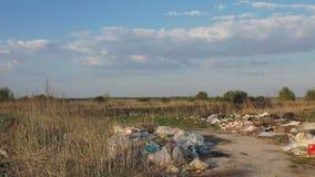 Ideia a?rea de uma descarga de lixo ocasional que polui a natureza circunvizinha vídeos de arquivo