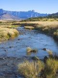 ideia Retrato-orientada da cordilheira de Drakensberg na província de Kwazulu Natal de África do Sul fotos de stock