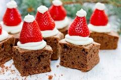 Ideia saboroso da sobremesa do Natal: Brownie do chapéu de Santa Fotos de Stock