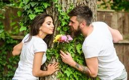 Ideia sempre boa do ramalhete Flores preparadas indivíduo da surpresa para a amiga Traga-lhe flores favoritas O homem dá a flor imagens de stock royalty free