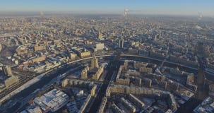 Ideia superior aérea da junção de estrada em Moscou de cima de, em tráfego de automóvel e em doce de muitos carros, conceito do t filme