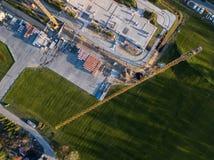 Ideia superior aérea de uma elite que constrói no centro da cidade w foto de stock royalty free