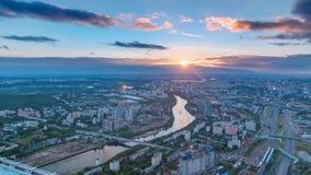 Ideia superior aérea do timelapse da cidade de Moscou no por do sol Forme da plataforma de observação do centro de negócios de Mo filme