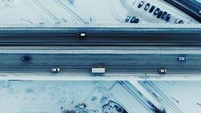 Ideia superior aérea do tráfego em uma autoestrada filme