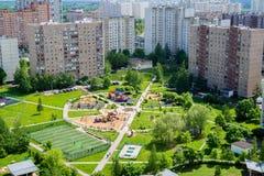 Ideia superior da área do sono com o campo de jogos em Moscou, Rússia Fotos de Stock