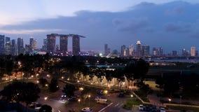 Ideia superior da arquitetura da cidade no parque Singapura do céu da areia no tempo crepuscular tiro Vista superior de Singapura filme
