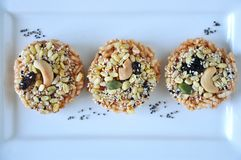 Ideia superior da cobertura saudável no biscoito do arroz fotos de stock royalty free