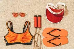 ideia superior da corda de salto, do sportswear, de óculos de sol, do tampão e de falhanços de aleta arranjados imagens de stock