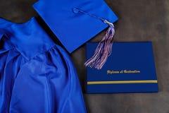Ideia superior da graduação do barrete e do certificado da graduação no fundo escuro, conceito da educação imagens de stock royalty free