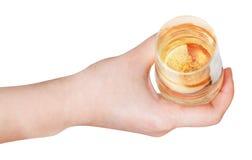 Ideia superior da mão que guarda de vidro com vinho espumante Fotos de Stock Royalty Free