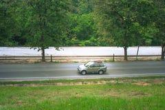 Ideia superior da maneira de estrada ao longo do lado com o reservatório no campo fotografia de stock