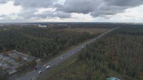 Ideia superior da paisagem de R?ssia central com ?rvores que s?o cobertas com a folha do outono video estoque