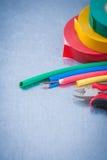 A ideia superior da proteção elétrica do fio cabografa a isolação t das pinças Foto de Stock