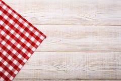 Ideia superior da toalha de mesa quadriculado na tabela de madeira branca Imagens de Stock