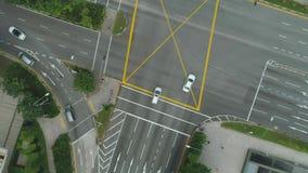 Ideia superior das junções de estrada As estradas transversaas na cidade, carros conduzem a vista aérea Avaliação aérea das estra video estoque