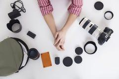 Ideia superior das mãos da mulher com lentes da foto foto de stock