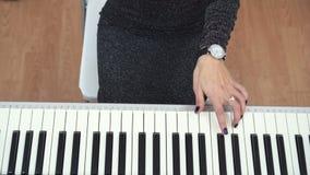 A ideia superior das mãos fêmeas do pianista que jogam o piano usa uma mão filme