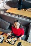 Ideia superior de apelar a jovem mulher que come o café da manhã saboroso no restaurante fotografia de stock