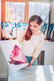 Ideia superior de apelar o artista inspirado que trabalha no estúdio de pintura imagens de stock