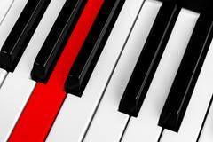Ideia superior de chaves do piano com o um botão vermelho Close-up de chaves do piano vista frontal próxima Teclado de piano com  imagens de stock royalty free