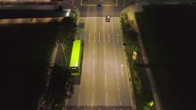 Ideia superior de conduzir carros na cidade na noite tiro Ideia bonita da vida noturna de uma grande metrópole Conceito de vídeos de arquivo