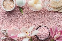 ideia superior de esponjas feitos a mão e de rosa do sabão das flores bonitas da orquídea fotografia de stock royalty free