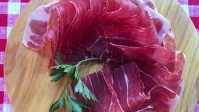 A ideia superior de fatias do jamon, fim acima da vista zumbe para fora O Prosciutto cortado finamente e serviu cru video estoque