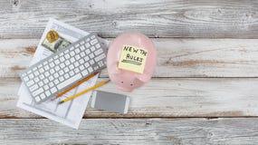 Ideia superior de formulários de imposto da renda com mudanças novas mais o mealheiro na mesa rústica branca fotografia de stock royalty free