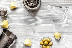 Ideia superior de Martini e de abanador do fundo de madeira Fotos de Stock Royalty Free