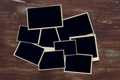 Ideia superior de quadros vazios da foto no fundo de madeira Fotos de Stock