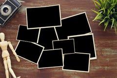 Ideia superior de quadros vazios da foto no fundo de madeira Imagem de Stock