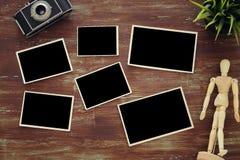 Ideia superior de quadros vazios da foto no fundo de madeira Foto de Stock Royalty Free