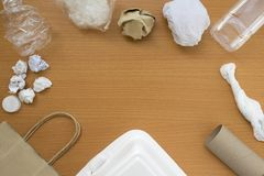 Ideia superior de reciclar o desperdício do lixo no fundo de madeira com espaço da cópia do centro, eco e conceito de salvaguarda fotografia de stock