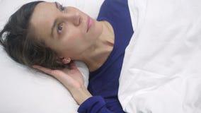 Ideia superior de relaxar a mulher latino-americano que tenta dormir na cama na noite video estoque