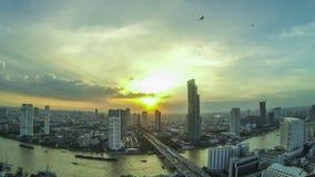 Ideia superior de Timelapse da skyline da cidade de Banguecoque no por do sol com opinião de Chao Phraya River vídeos de arquivo