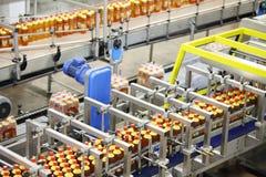 Ideia superior de três linhas com as garrafas da cerveja com tampões vermelhos Fotos de Stock Royalty Free