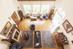 Ideia superior de um interior luxuoso da sala de visitas do teto alto no A M. foto de stock