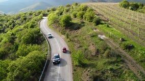 Ideia superior de uma movimentação retro vermelha do carro na estrada serpentina vídeos de arquivo