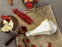 Ideia superior de uma parte de queijo azul em um ensaque do escaninho com uma colher de madeira foto de stock royalty free