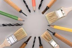 Ideia superior de vários escovas de pintura, lápis, formões e brocas foto de stock royalty free
