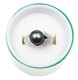 Ideia superior do anel branco com a pérola preta na caixa Imagens de Stock