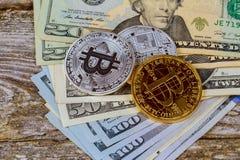 Ideia superior do bitcoin das moedas de ouro em uma nota de dólar O conceito da moeda cripto Imagens de Stock